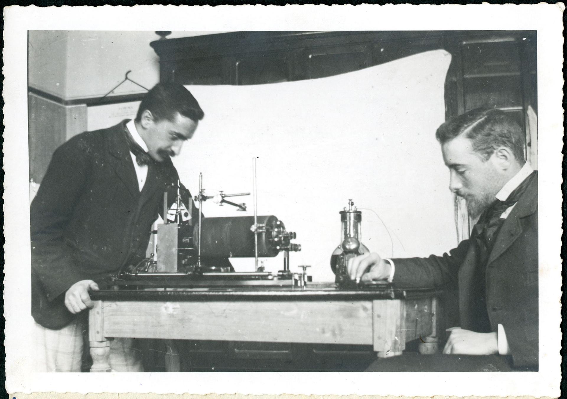 Giulio Cesare Ferrari e Guido Ruffini nel laboratorio di psicologia di Reggio Emilia, 1896 ca.