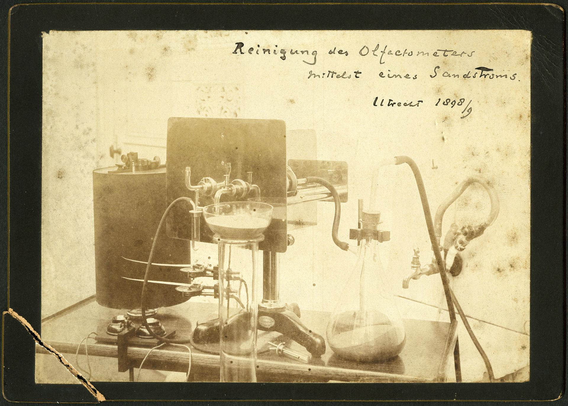 Pulizia dell'olfattometro per mezzo di un flusso di sabbia, 1898