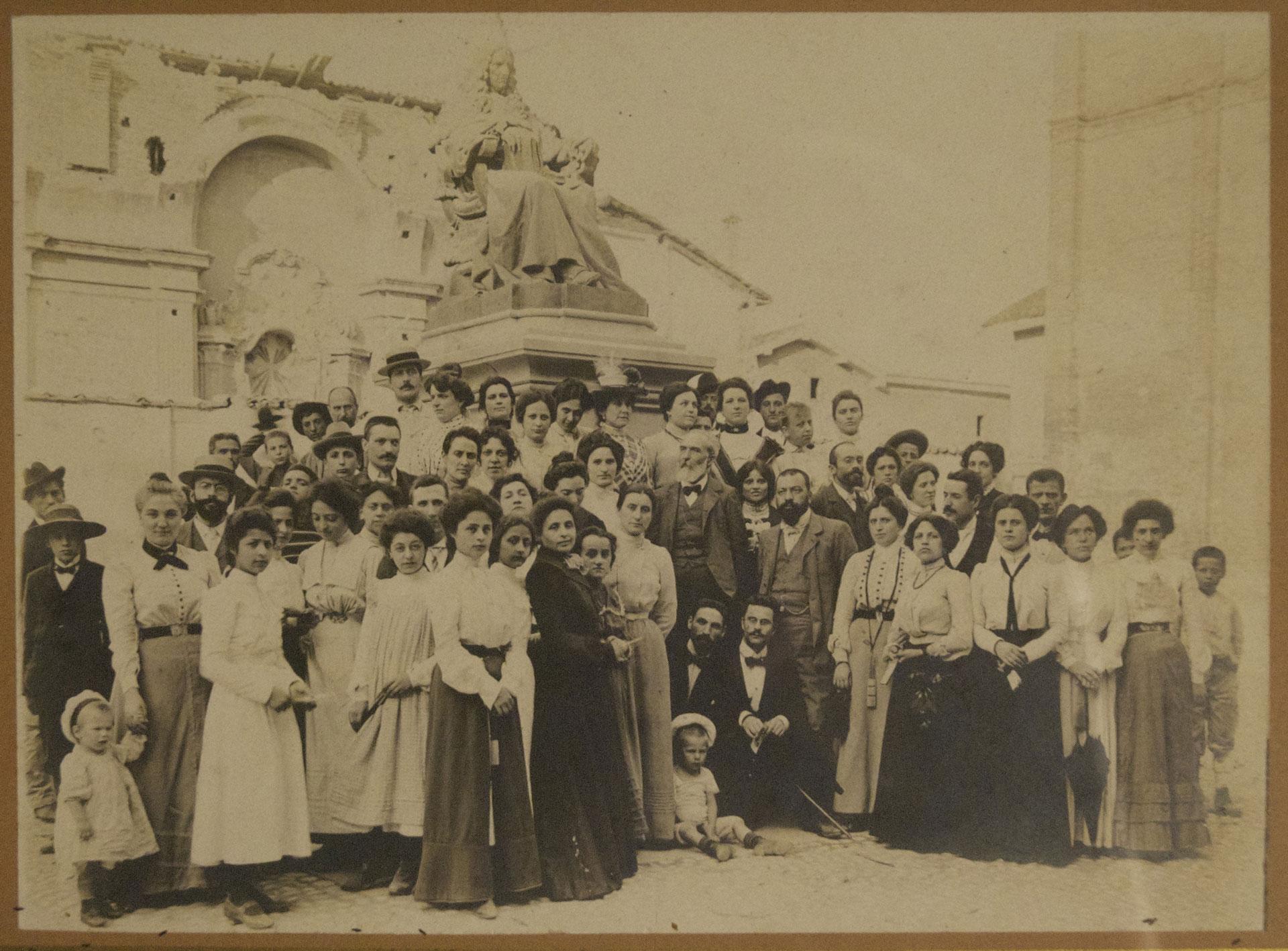 Gruppo di giovani maestre ai piedi del monumento a Marcello Malpighi a Crevalcore