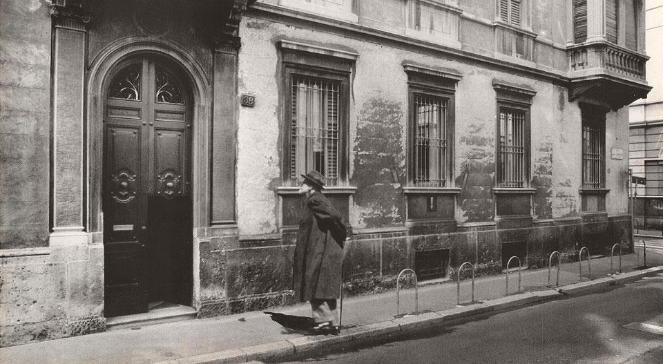 Fotomontaggio con Freud davanti alla sede del Centro milanese di Psicoanalisi