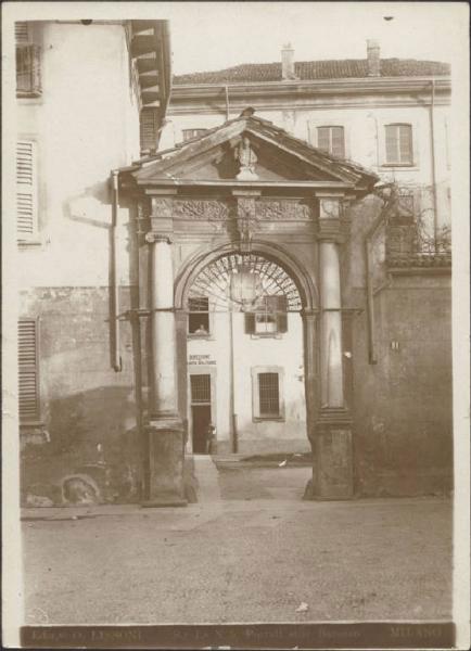 dell'Ospedale militare, già convento dei Cistercensi, in Piazza S. Ambrogio n. 1 a Milano