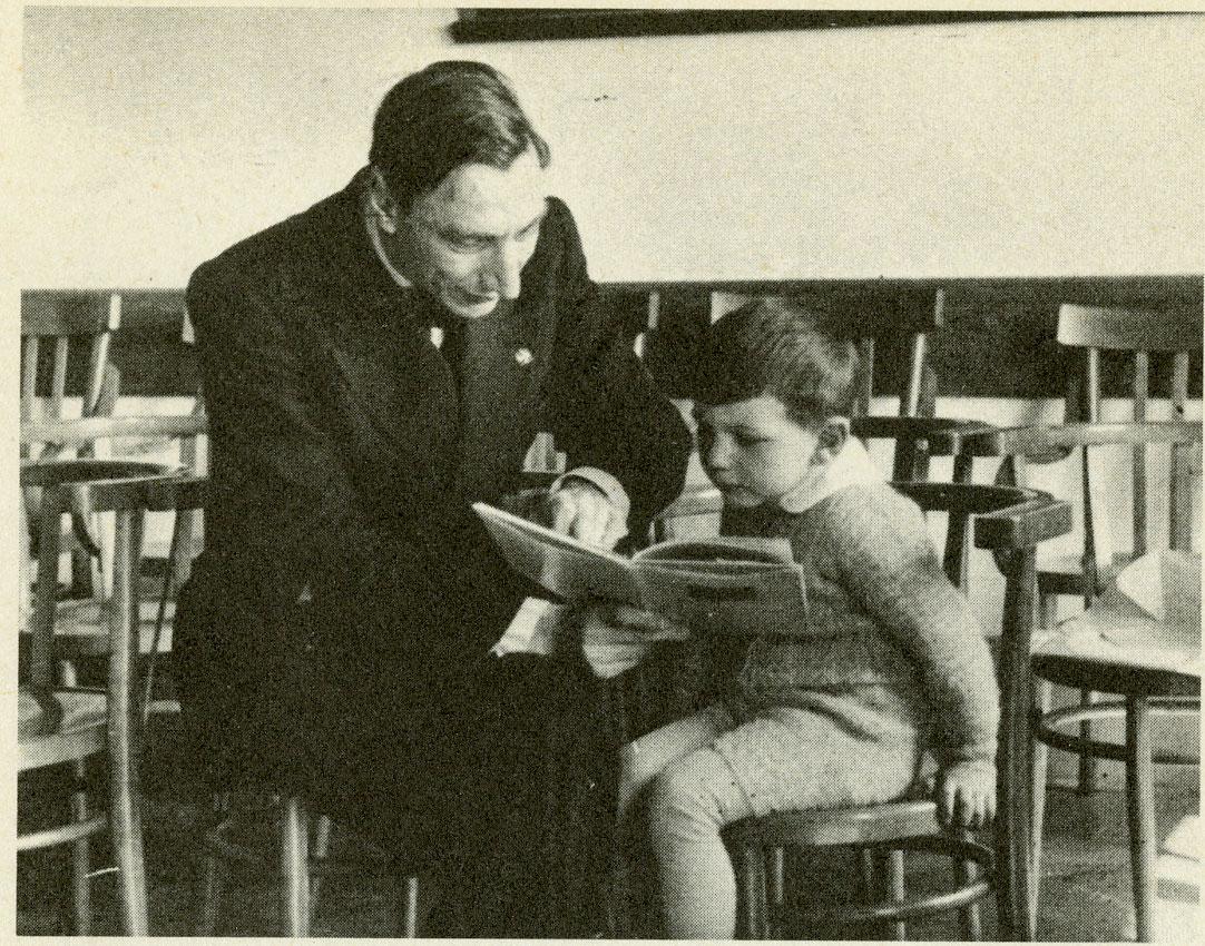 Cesare Musatti con il figlio Riccardo nel Laboratorio di psicologia dell'Università di Padova, 1936